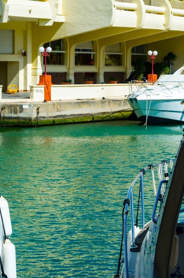 BENALMADENA, ESPAÑA - 10 de mayo de 2018 barcos y apartamentos de lujo i imagen de archivo