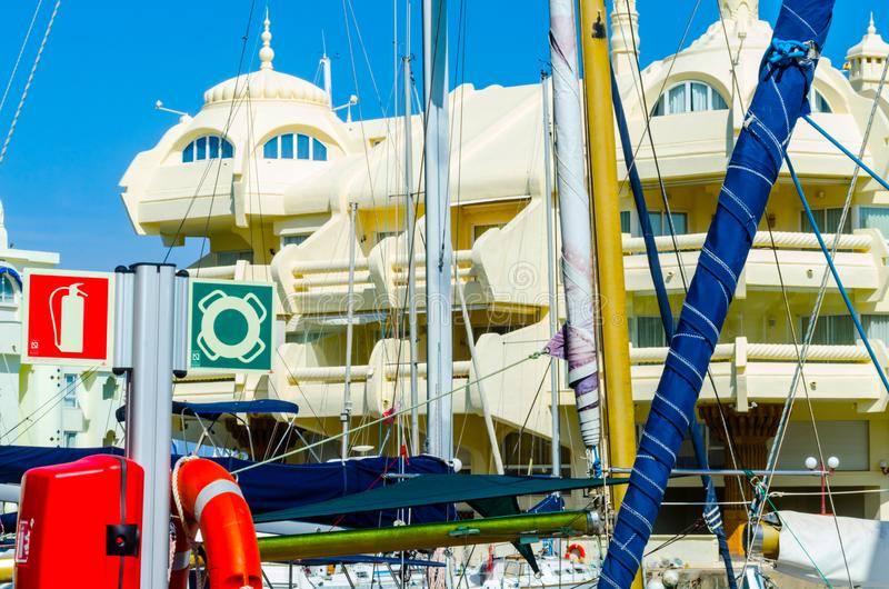BENALMADENA, ESPAÑA - 10 de mayo de 2018 barcos y apartamentos de lujo i fotografía de archivo