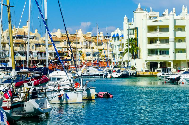 BENALMADENA, ESPAÑA - 10 de mayo de 2018 barcos y apartamentos de lujo i foto de archivo