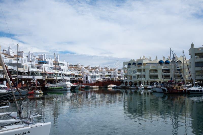 Benalmadena Malaga, Spanien Maj 8, 2019 Portmarina med anslöt fartyg fotografering för bildbyråer