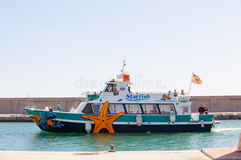 BENALMADENA, SPAGNA - 5 MARZO 2016: Barca turistica che entra a Puerto Marina Harbor, in Benalmadena (Spagna) fotografia stock