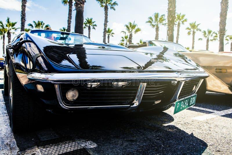 Benalmadena Spanien - Juni 21, 2015: Ett svarta Chevrolet Corvette C3, främre sikt, parkerade Benalmadena, Spanien, på Juni 21, 2 arkivbild