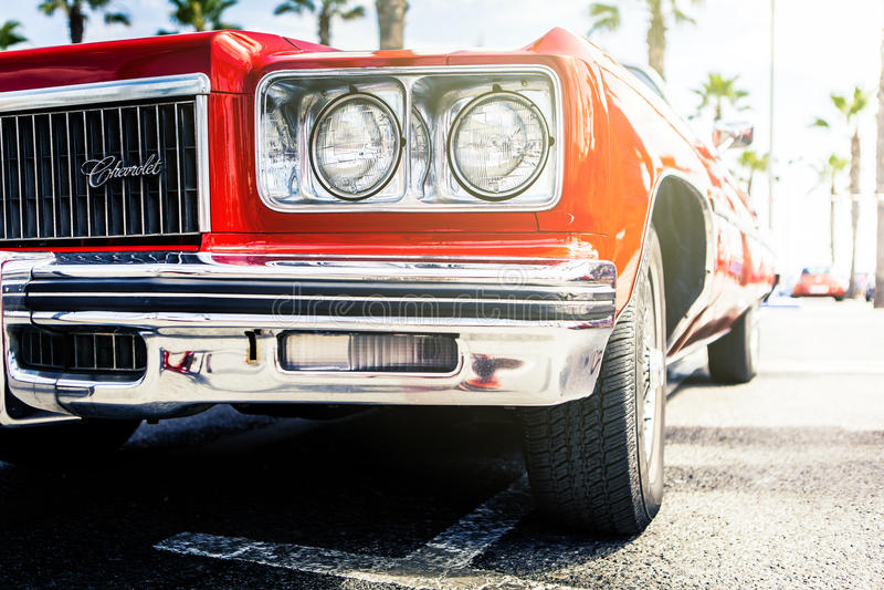 Benalmadena Spanien - Juni 21, 2015: Främre sikt av klassiska Chevrolet i röd färg arkivbild