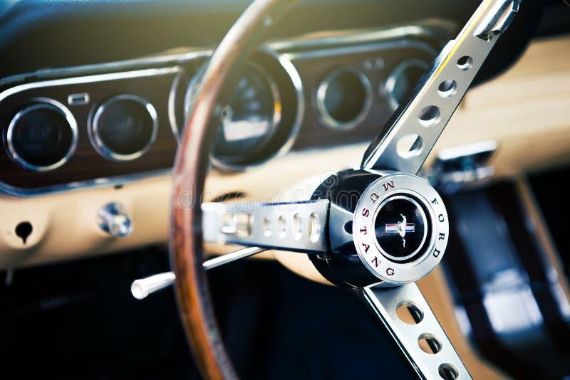 Benalmadena Spanien - Juni 21, 2015: Inre sikt av klassiska Ford Mustang arkivfoto