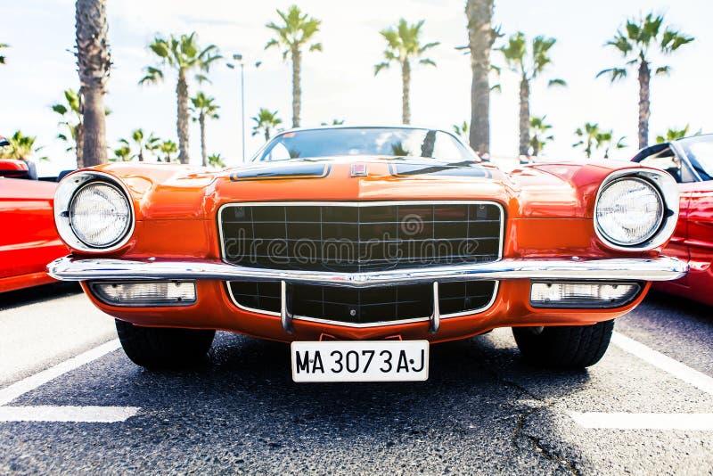 Benalmadena, Spanje - Juni 21, 2015: Vooraanzicht van schrijver uit de klassieke oudheid 1972 Chevrolet Camaro royalty-vrije stock fotografie