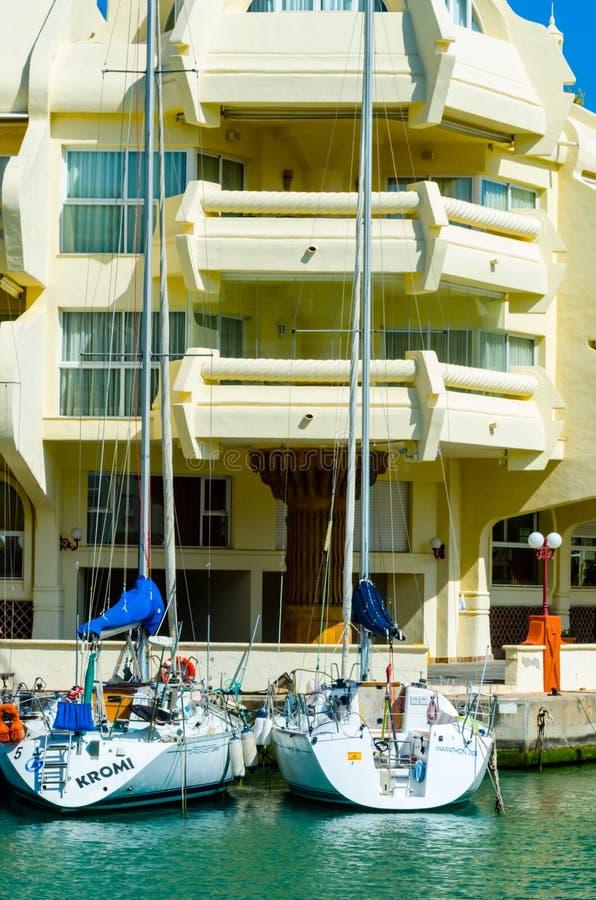 BENALMADENA, SPANJE - 10 MEI, 2018 Luxeboten en flats i stock foto