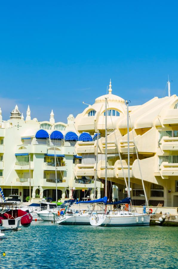 BENALMADENA, SPANJE - 10 MEI, 2018 Luxeboten en flats i stock fotografie