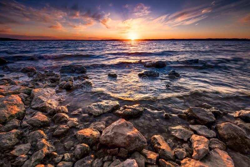 Download Benbrook sjösolnedgång fotografering för bildbyråer. Bild av rött - 37347365