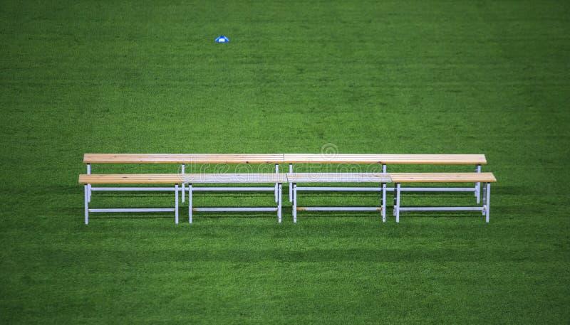 Benc σε ένα στάδιο ποδοσφαίρου στοκ φωτογραφίες με δικαίωμα ελεύθερης χρήσης