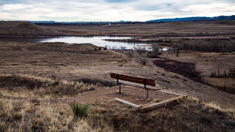 Bench俯视的湖在冬天 免版税库存照片