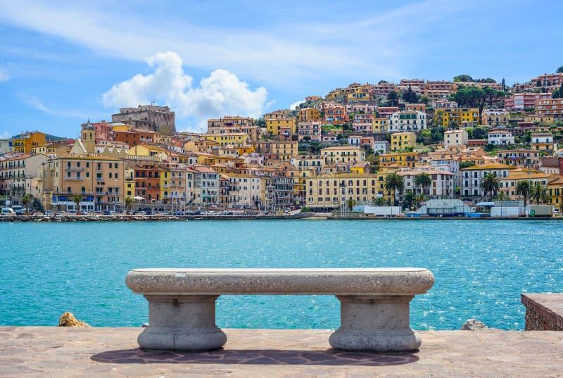 Bench на набережной в Порту Santo Stefano, Argentario, Тоскане, I стоковые изображения