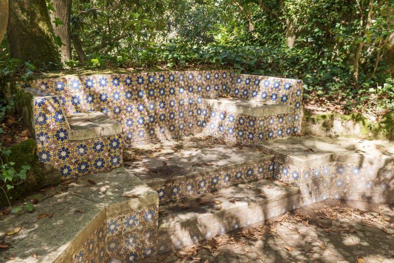 Bench con las tejas portuguesas típicas en el parque de palacio de Pena foto de archivo