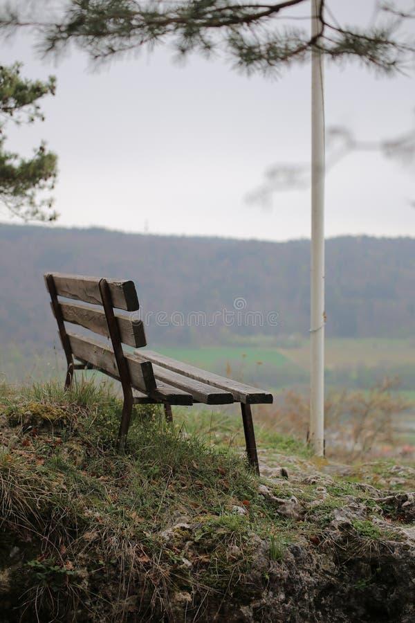 Bench em Wolfsberg em Alemanha com fundo defocused imagem de stock