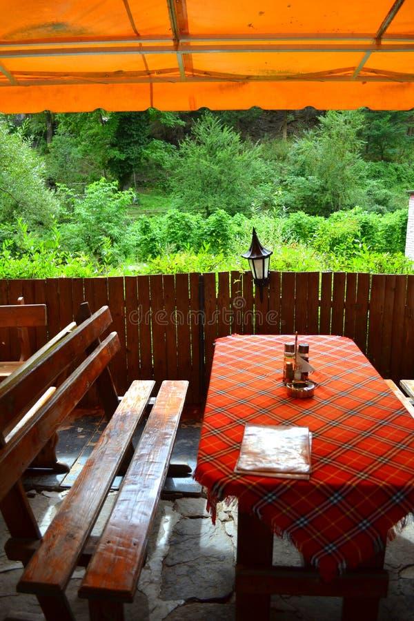 bench gården för tabellen för sainten för ryssen för den kyrkliga haritonesisrael kloster den ortodoxa royaltyfria foton