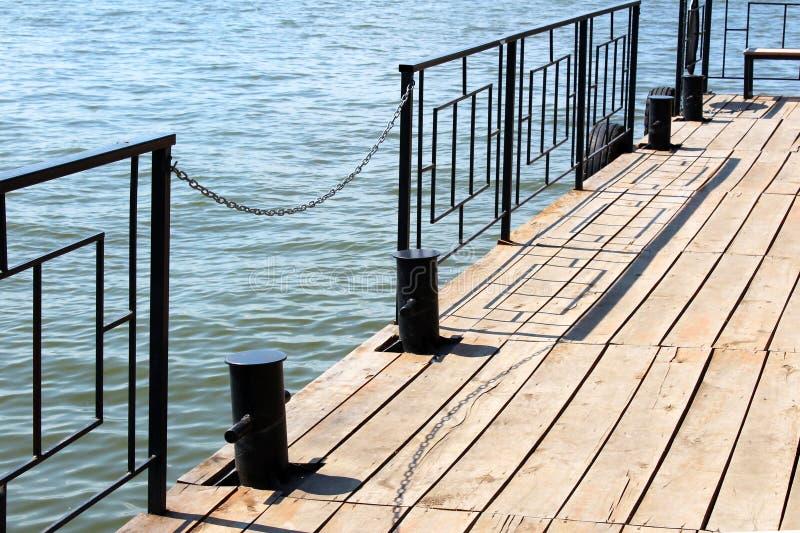 Bench no cais, estação do barco, lugar bonito fotografia de stock