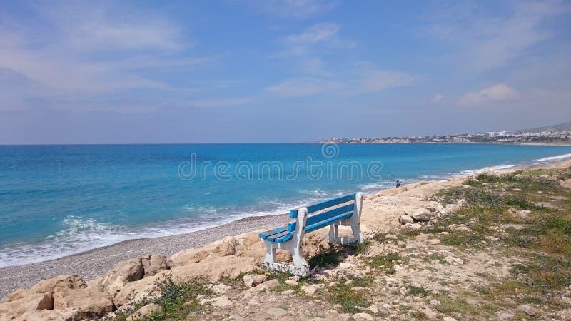 Bench sulla riva del mar Mediterraneo & del x28; Cyprus& x29; fotografia stock libera da diritti