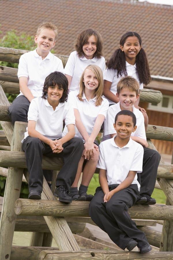 benches barn utanför skolasitting royaltyfria bilder