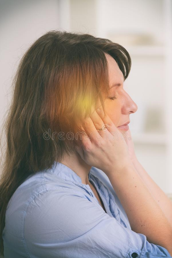 ?bende Energiemedizin der Frau lizenzfreie stockbilder