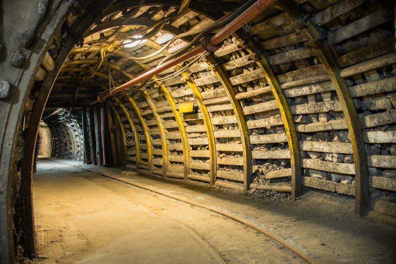 Bended korytarz w nowożytnej kopalni obrazy stock