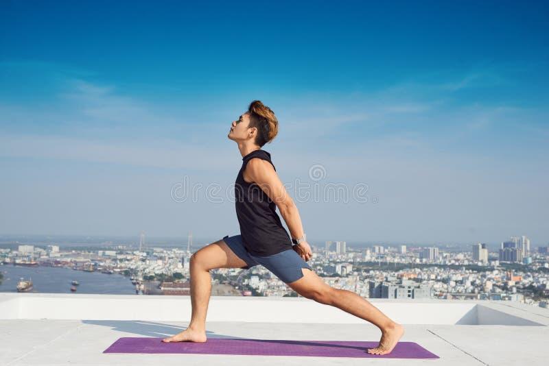 ?bendes modernes Yoga des Mannes Eine Reihe Yogahaltungen Enthalten Sie Steigungs- und Ausschnittsmaske lizenzfreies stockbild