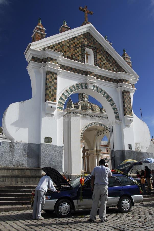 Bendición del coche, catedral de Copacabana, Bolivia foto de archivo