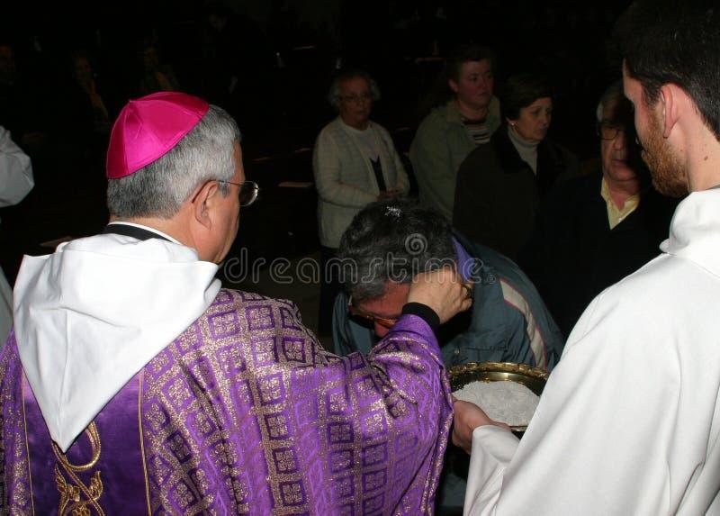 Bendición del sacerdote en la catedral de Palma de Mallorca imagenes de archivo
