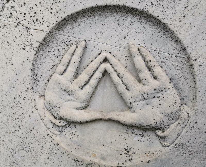 Bendiciendo el gesto representado en la lápida mortuaria del rabino fotos de archivo