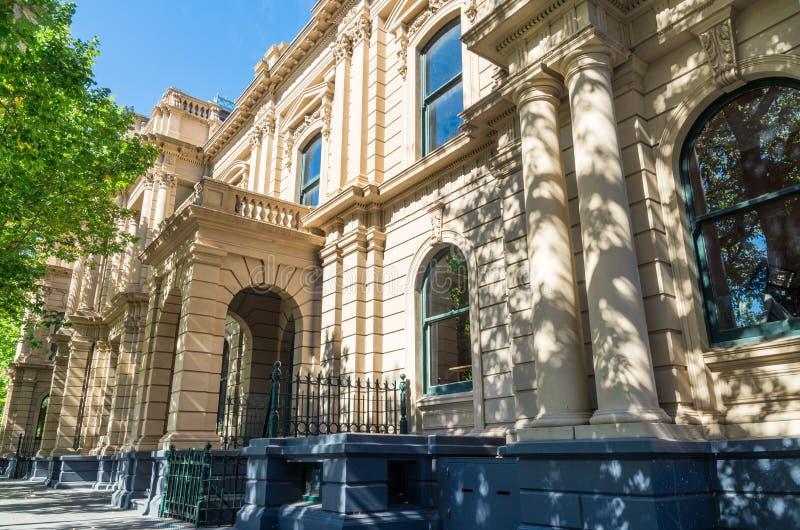 Bendigo stadshus med klockatornet i Australien royaltyfri bild