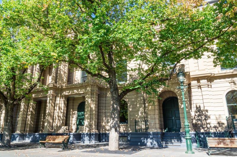 Bendigo stadshus med klockatornet i Australien royaltyfria foton