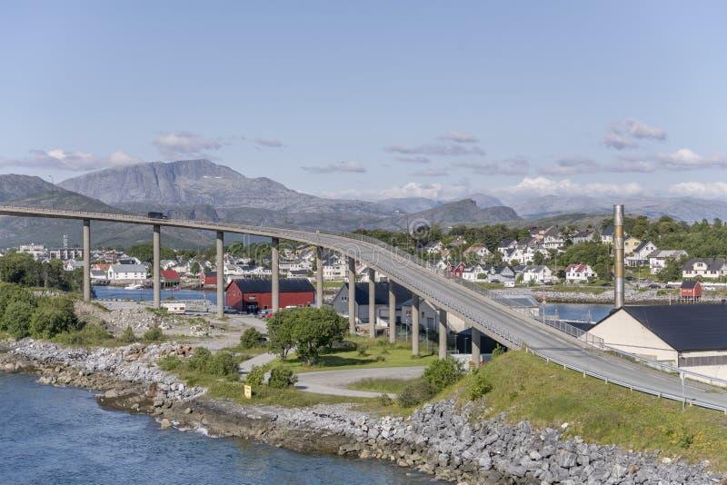 Bending platformen van hoge brug op fjord, Bronnoysund, Noorwegen stock foto