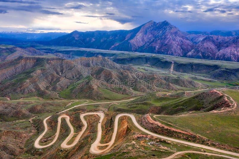 Bendy bergväg i Khosrov Forest State Reserve, Armenien som tas i April 2019 \ r \ n 'som tas i hdr royaltyfri fotografi