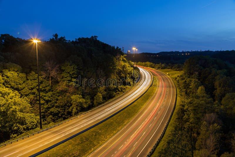 Bendy huvudväg på natten royaltyfri foto