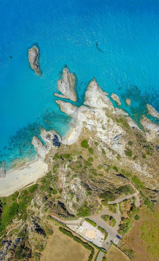 Benedenwaartse mening van Italiaanse kustlijn met rotsen en bomen royalty-vrije stock fotografie