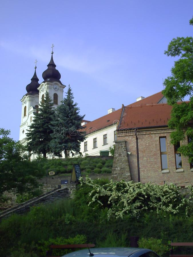Benedictineabbotskloster av Tihany p? sj?n Balaton i Ungern p? en solig dag royaltyfria foton