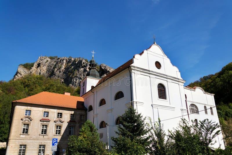 Benedictinekloster i St John under klippan, Svaty Januari fröskida Skalou, Beroun område, central bohemisk region, tjeckiska Repu royaltyfria foton