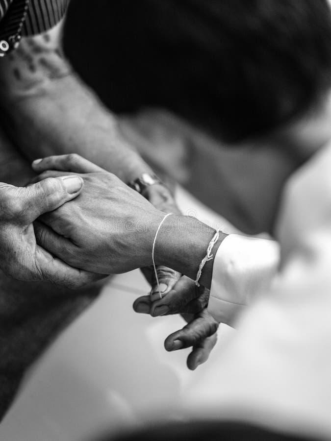 Benedizione dall'anziano nelle nozze tailandesi fotografia stock