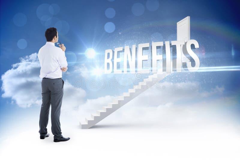 Benefícios contra as etapas que conduzem à porta fechado no céu fotos de stock royalty free