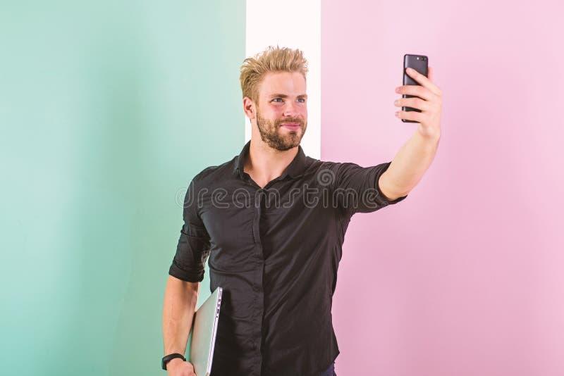Benefícios móveis do Internet A cobertura móvel ajuda a ser sempre dentro toque Os dispositivos mantêm o homem ficar em linha Sem fotos de stock royalty free