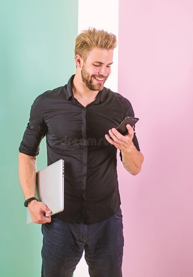 Benefícios móveis do Internet Sempre em linha A cobertura móvel ajuda a ser sempre dentro toque Os dispositivos mantêm o homem fi imagens de stock