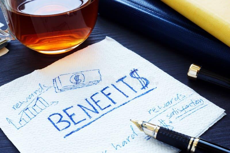 Benefici scritti su un tovagliolo Motivazione degli impiegati fotografie stock libere da diritti