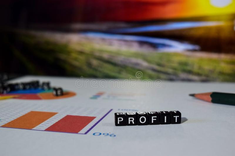 Beneficio en bloques de madera Concepto de la investigación de los datos del ingresos por inversiones fotos de archivo libres de regalías