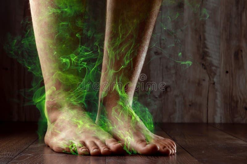 Benen av ett manslut upp, stank Ot?ck lukt Stinka ben, svamp på benen royaltyfri foto
