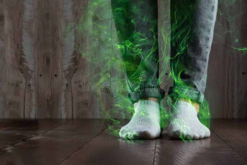Benen av ett manslut upp, stank Ot?ck lukt Stinka ben, svamp på benen arkivbilder