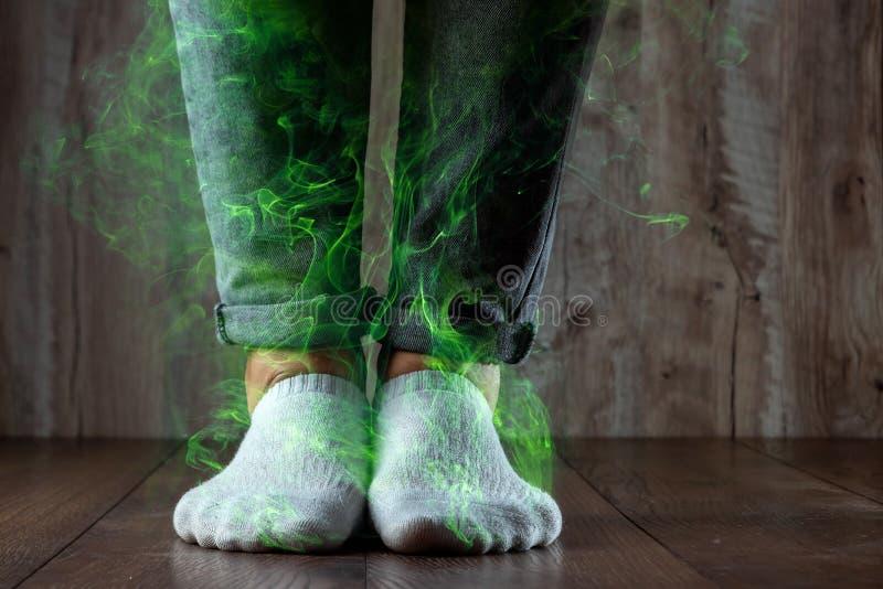 Benen av ett manslut upp, stank Ot?ck lukt Stinka ben, svamp på benen fotografering för bildbyråer