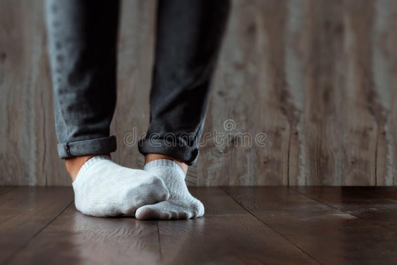 Benen av ett manslut upp, stank Ot?ck lukt Stinka ben, svamp på benen royaltyfri fotografi