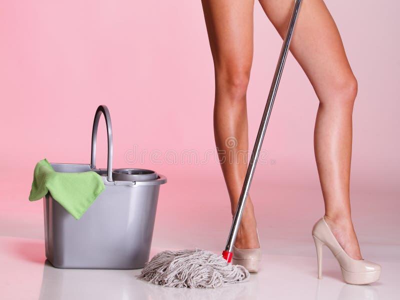 Benen en huisvrouw van de Vrouw van het zwabber de schonere meisje royalty-vrije stock foto