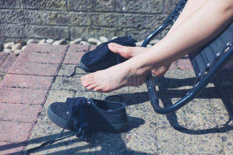 Benen en voeten van vrouw buiten stock foto