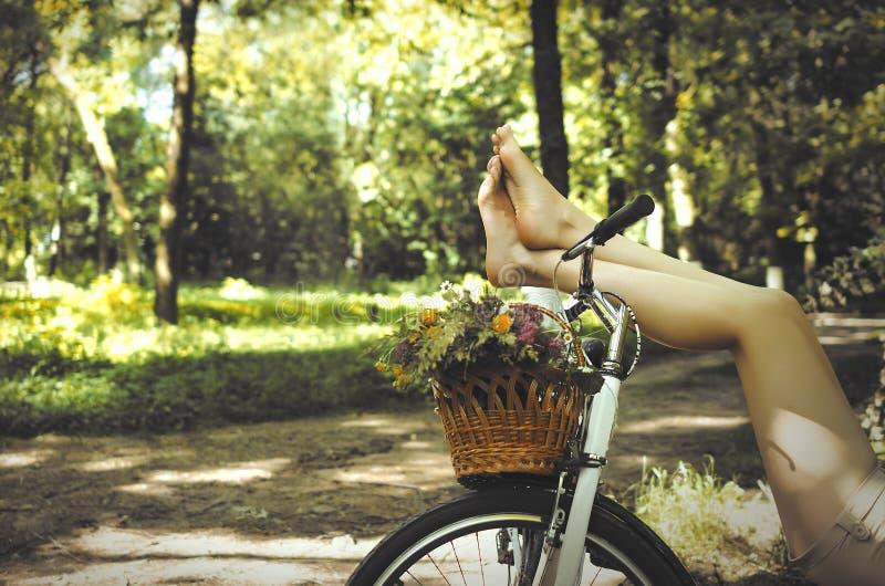 Benen op een fiets royalty-vrije stock fotografie