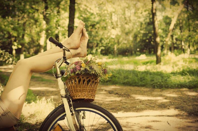 Benen op een fiets stock afbeelding