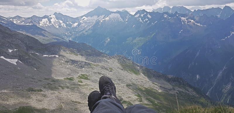 Benen openlucht op de achtergrond van het berglandschap Reisavontuur stock afbeeldingen